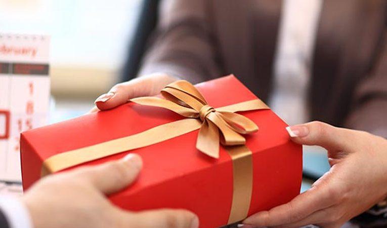 วิธีการเลือกของขวัญพรีเมี่ยมให้นำมาใช้ได้กับการปิดการขายของเรา